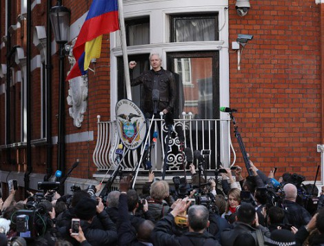 assange_balcony.jpg